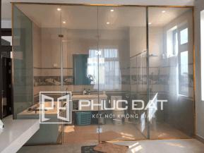 Phòng tắm kính cường lực điện thông minh.