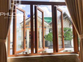 Cửa sổ nhôm kính mở hất nhôm Xingfa hệ 55 màu vân gỗ.
