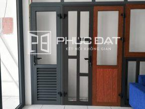 Mẫu cửa nhôm Xingfa chia đố và cửa pano nhôm Xingfa trưng bày tại showroom Phúc Đạt.