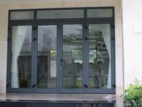 Cửa nhôm Xingfa màu xám có sắc thái trung tính, dễ dàng phối với nhiều kiểu nội ngoại thất.