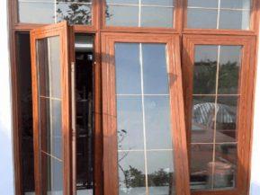 Mẫu cửa sổ nhôm 3 cánh lắp đặt 2 mở quay 1 mở hất khá phổ biến.