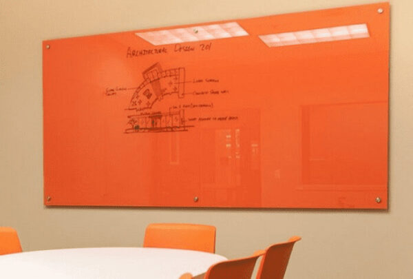 Bảng viết kính cường lực văn phòng màu cam ấn tượng.