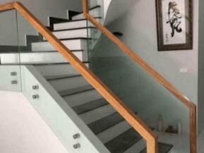 Cầu thang kính không trụ tay vịn gỗ Đà Nẵng.