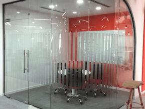Một không gian làm việc đẳng cấp với thiết kế vách kính