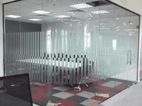 Vách kính cường lực văn phòng sử dụng kính cong.
