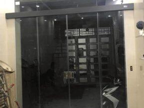 Mẫu cửa lùa bán tự động 2 cánh nắp ray màu đen sang trọng.
