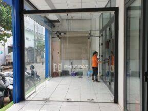 Mẫu cửa kính cường lực 4 cánh xếp trượt tại showroom Phúc Đạt.