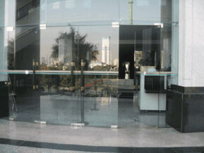 Mẫu cửa kính cường lực 4 cánh bản lề sàn kết hợp giữa 2 bộ cửa 2 cánh.