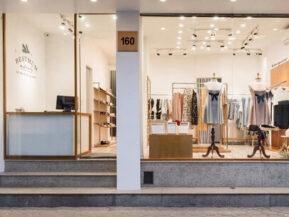 Lắp đặt cửa gỗ kính cường lực cho shop thời trang.