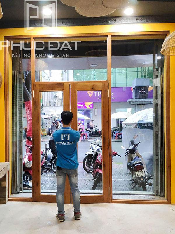 Sản phẩm cửa kính cường lực khung gỗ lắp đặt bởi Phúc Đạt.