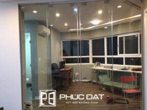 Cửa kính lùa xếp có tính nghệ thuật cao trong kiến trúc, được ưu tiên lắp đặt cho các công trình mang tính nghệ thuật sáng tạo.