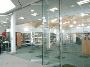 Cửa kính xếp trượt với kết cấu cánh kính lùa xếp trượt độc đáo, được ưu tiên lắp đặt cho không gian rộng.
