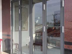 Mẫu cửa nhôm HMA đẹp với vẻ sang trọng khi lắp đặt cho mặt tiền nhà.