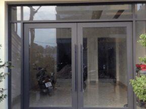 Mẫu cửa kính cường lực khung nhôm cao cấp do Phúc Đạt thi công lắp đặt.