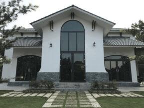 Công trình thi công hoàn thiện sử dụng cửa uốn vòm nhôm Xingfa màu xám ghi.