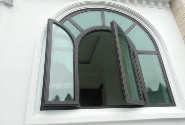 Cửa nhôm kính 2 cánh uốn vòm.