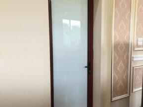 Mẫu cửa nhôm kính mờ phòng ngủ.