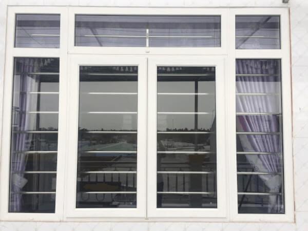 Mẫu cửa sổ nhôm Xingfa có khung bảo vệ inox an toàn, chống trộm.