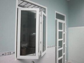 Cửa sổ nhôm kính Xingfa màu trắng 2 cánh kết hợp cửa đi chia ô 1 cánh.