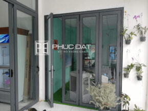 Bộ cửa nhôm kính chuẩn kích thước cửa phong thủy tại showroom Phúc Đạt.