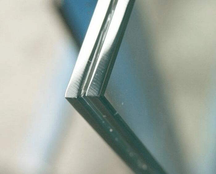 Kính ghép an toàn 2 lớp được ghép từ các tấm kính cường lực.
