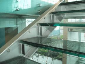 Cầu thang bậc kính sử dụng kính dán an toàn.