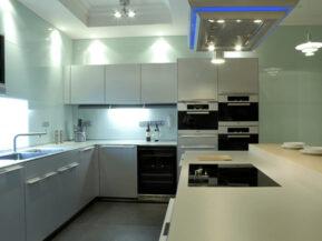 Không gian bếp hiện đại với kính glasskote ốp bếp