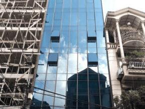 Các tòa nhà cao sử dụng kính dán an toàn kết hợp giữa kính phản quang và kính cường lực.