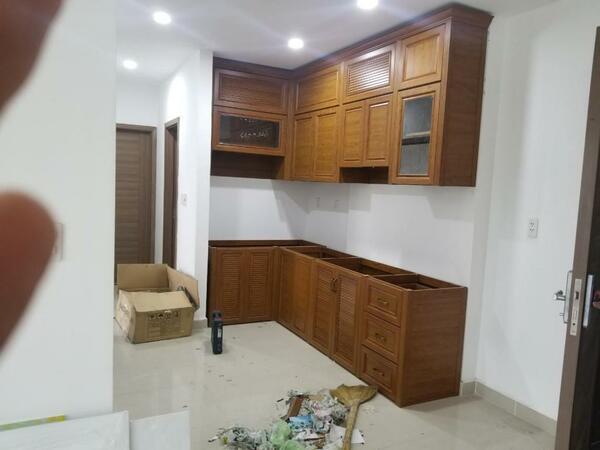 Mẫu tủ bếp nhỏ xinh thiết kế sát trần để tận dụng không gian.