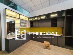 Mẫu tủ bếp hợp kim nhôm sơn tĩnh điện cao cấp tại showroom Phúc Đạt với độ bền, độ thẩm mỹ hoàn hảo.