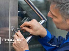 Nhôm Kính Phúc Đạt nhận sửa khóa cửa kính với nhiều loại phụ kiện tương thích với các kiểu cửa khác nhau.
