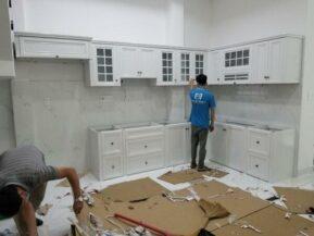 Mẫu tủ bếp màu trắng làm từ nhôm giả gỗ cao cấp.