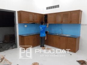 Tủ bếp cao cấp nhôm giả gỗ với ưu điểm không bị mối mọt, ẩm mốc.