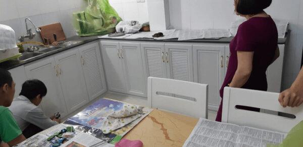 Tủ bếp nhôm trắng sang trọng và sạch sẽ, dễ dàng vệ sinh.