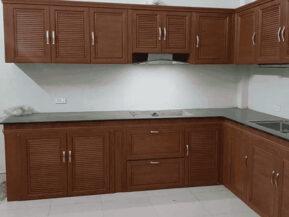 Báo giá 19+ mẫu tủ bếp nhôm kính vân gỗ, tủ bếp nhôm giả gỗ đẹp 2021