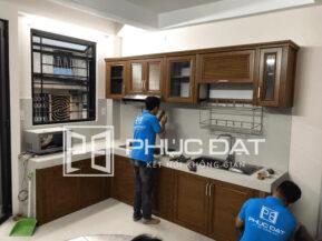 Lắp đặt tủ bếp nhôm kính vân gỗ đem lại sự sang trọng và bền đẹp cho nhà bếp.