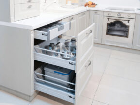 Kệ đựng đồ thông minh cho tủ bếp dưới.