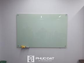 Bảng kính treo tường có cấu tạo đơn giản.
