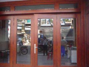 Mẫu cửa gỗ kính 4 cánh mở quay đẹp.