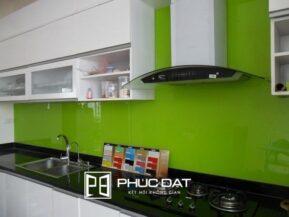 Mẫu kính ốp tường bếp đẹp và bảng màu kính bếp.