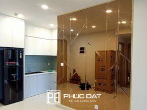 Kính màu trang trí sử dụng kính thủy màu trà đem lại sự sang trọng cho nội thất.