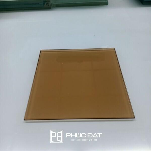 Kính màu trà được sử dụng phổ biến nhờ mang tới vẻ đẹp mộc mạc, ấm áp nhưng vẫn không kém phần sang trọng cho không gian.