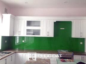 Kính ốp bếp màu xanh lá.