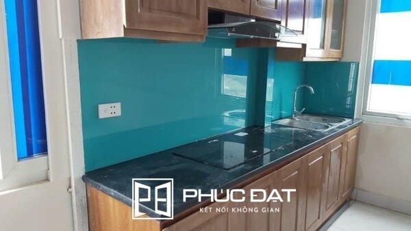 Kính ốp bếp màu xanh mang lại sự tươi mới, mát mẻ cho căn bếp.
