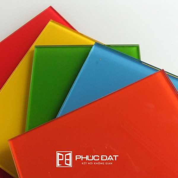 Các mẫu màu sơn kính đẹp hiện được nhiều khách hàng chọn lắp đặt tủ bếp, kính ốp bếp.
