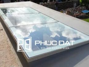 Mái kính lấy sáng giếng trời sử dụng kính phản quang để hạn chế các tia có hại.
