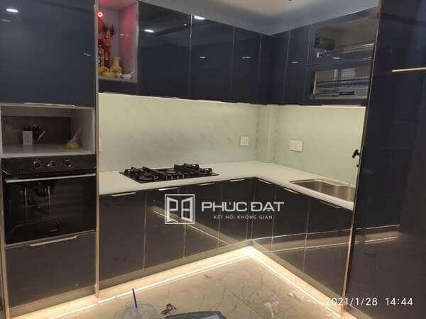 Tủ bếp nhỏ thiết kế sát trần sử dụng chất liệu nhôm hợp kim & cánh kính.