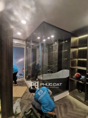 Công trình phòng tắm kính bằng kính màu xám khói TPHCM